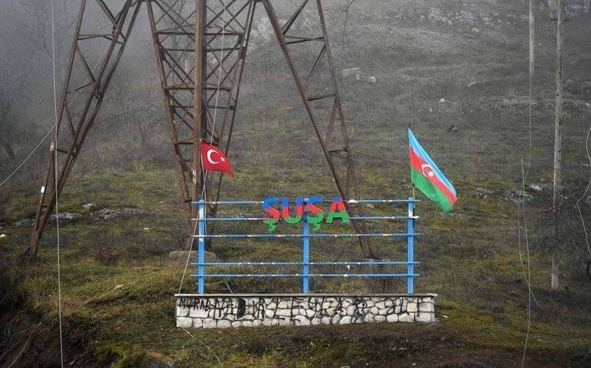 Azərbaycan və Türkiyə bayraqları altından keçən ermənilər – FOTO –  Qaraqoyunlu
